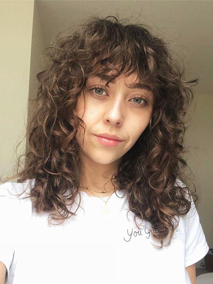 La routine ultime des cheveux bouclés par une rédactrice beauté qui a tout essayé |  Styles de cheveux bouclés, Routine cheveux bouclés, Styles de cheveux