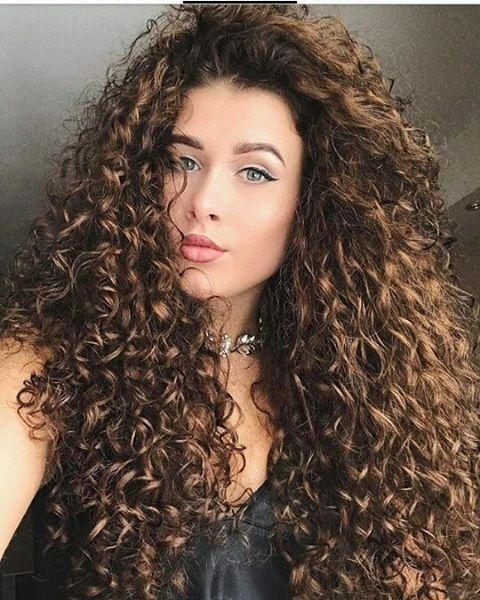 Est-ce que ses cheveux sont magnifiques ou quoi?!  cheveux bouclés // perm //    Cheveux, Cheveux Longs Bouclés, Coiffures